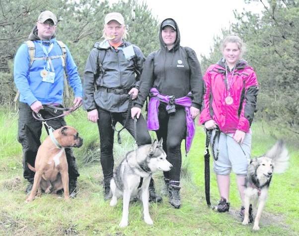 W podkołobrzeskim Lesie Charzyńskim na starcie do III Kołobrzeskiego Dogtrekkingu stanęło 114 osób z 82 psami. w tym 14 ze schroniska.
