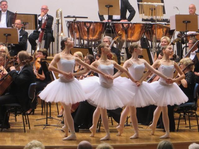 Koncert z niespodzianką w Zielonej Górze. Na scenie pojawiły się młode baletnice