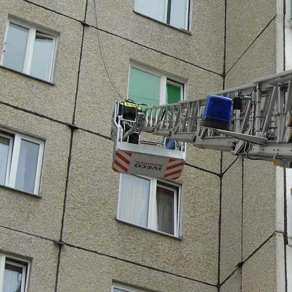 Strażacy przez okno weszli do mieszkania.