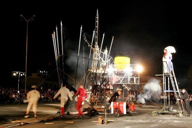 Na Łasztowni na statku usytuowanym przy nabrzeżu Starówka w piątkowy wieczór obficie lała się woda i płonął ogień. To niemieccy aktorzy z Munster i Lipska parodiowali historię Titanica.