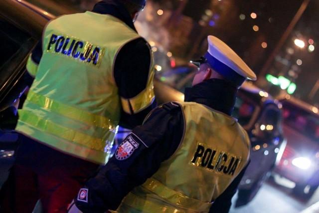 """Funkcjonariusze gorzowskiej komendy miejskiej zorganizowali działania """"Trzeźwy kierowca"""". Przy ponad dziesięciostopniowym mrozie w niedzielę 3 stycznia, policjanci sprawdzali, czy kierowcy są trzeźwi. Po raz pierwszy w tym roku funkcjonariusze z Gorzowa przeprowadzili na terenie miasta akcję """"Trzeźwy kierowca"""". Na ul. Piłsudskiego w ciągu godziny skontrolowano 650 osób. Wśród nich nie było nikogo, kto wsiadłby za kierownicę po alkoholu. Taki rezultat cieszy policjantów, bo taka sytuacja powinna być normą. Być może część kierowców skorzystała z okazji, by przed wyjazdem, w gorzowskiej komendzie miejskiej sprawdzić swoją trzeźwość. Oficer dyżurny tej jednostki przyznaje, że dzisiaj od samego rana kilkadziesiąt osób użyło ogólnodostępnego alkomatu."""