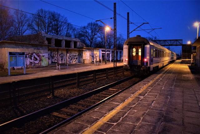 Dawny budynek dworcowy jest totalną ruiną, nadaje się w zasadzie tylko do rozbiórki. Pasażerowie z okien nowoczesnych wagonów oglądają wielkie dziury po oknach, obskurne graffiti. Przejście nad torami pomiędzy dwoma peronami jest tak skorodowane, że w ogóle je zamknięto. Ludzie przechodzą z peronu na peron po torach przez wyciągnięte przęsło z płotu oddzielającego torowiska.