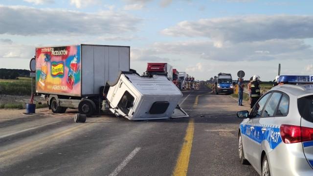 Wypadek na remontowanym odcinku A1 pod Piotrkowem. Na skrzyżowaniu w Gąskach doszło do zderzenia samochodu ciężarowego i osobówki. Dwie osoby, w tym ciężarna kobieta, zostały przewiezione do szpitala. Droga była zablokowana w obu kierunkachZobacz ZDJĘCIA na kolejnych slajdach