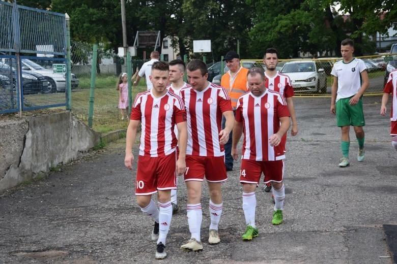 Na czoło tabeli gr. 2 ponownie wróciła Fortuna Głogówek. I w dodatku uczyniła to w bardzo efektownym stylu, ponieważ w 12. kolejce pokonała u siebie innego z beniaminków, Czarnych Otmuchów, aż 5-2. Po dwa gole dla zwycięzców zdobyli Dariusz Hajduk i Tomasz Hajduk, a jedno trafienie dołożył Ukrainiec Andryj Lewandowycz.Niezwykłym wyczynem po raz drugi z rzędu mogli się pochwalić natomiast w Włókniarzu Kietrz. Nie dość, że ten zespół ponownie odniósł efektowne zwycięstwo, 5-3 z Racławiczkami (tydzień temu 7-4 ze Startem Bogdanowice), to kolejny raz jeden z jego zawodników strzelił w jednym meczu pięć bramek. W ślady Mateusza Dworzyńskiego poszedł tym razem Łukasz Zapotoczny.Świadkami niesamowitego meczu byliśmy natomiast w Paczkowie, gdzie miejscowa Sparta zanotowała hokejowy remis z KS-em Twardawa. Bój ten zakończył się bowiem wynkiem 5-5.