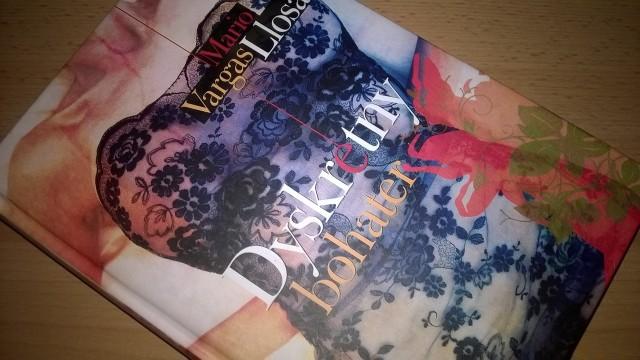 """""""Dyskretny bohater"""", to kolejna książka słynnego peruwiańskiego pisarza, który w swoim dorobku ma m.in. Nagrodę Nobla. W Polsce ukazała się nakładem wydawnictwa Znak."""