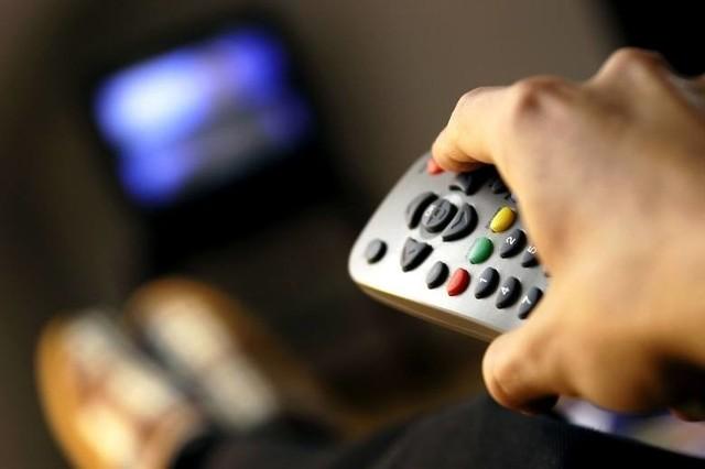 Uważaj! Poczta Polska i Krajowa Rada Radiofonii i Telewizji sprawdzają osoby, które zakupiły telewizor, ale nie zgłosiły go do rejestru i wymierzają im wysokie kary za nie płacenie abonamentu RTV. Jakie one są czytaj dalej.