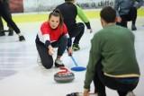 """Otwarty trening curlingu na lodowisku Cracovii. Krakowski Klub Curlingowy pokazał, jak grać w """"szachy na lodzie"""" [ZDJĘCIA]"""