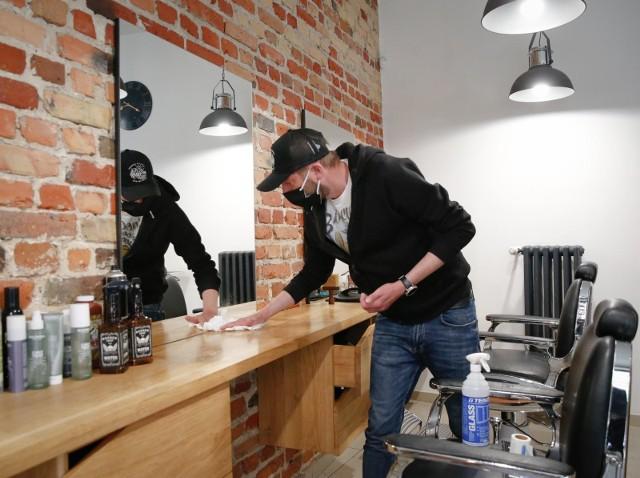 Zakłady fryzjerskie gotowe na wznowienie działalności od 18.05.2020. Przygotowania trwały od kilku dni. Na zdjęciu gdańska Afera Barbera - warsztat fryzur.