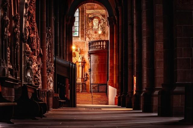 Ksiądz proboszcz zbierał pieniądze wśród parafian z Psar na wymianę drzwi do plebanii. Bardzo się zdenerwował na wiernych.