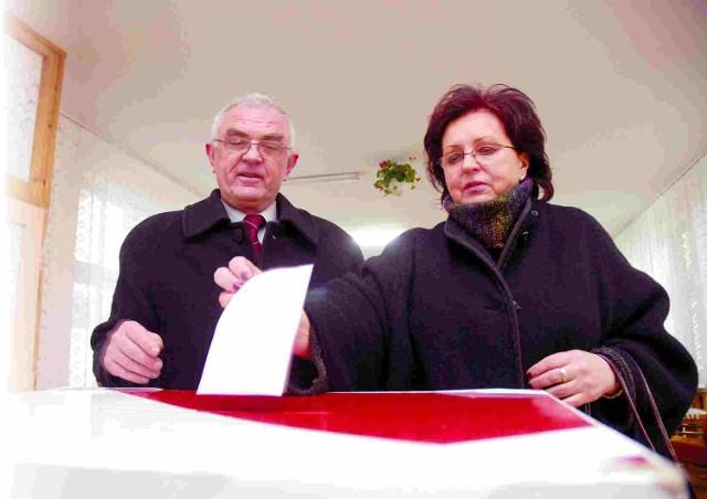 Henryk Klimczuk, naczelny lekarz Uzdrowiska Ustka, nie opuszcza wyborów. Głosował wraz z żoną Krystyną w lokalu w Szkole Podstawowej nr 2.