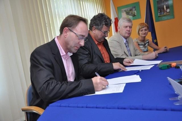 Pod umową wraz wykonawcą prac oraz prezesem WiK podpisał się dziś Krzysztof Mutz, wójt Tarnowa Opolskiego.