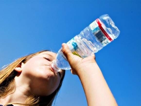 Tesco zaprzecza, że woda nalewana jest prosto z kranu. Najpierw jest ona odchlorowywana, filtrowana i dopiero potem trafia do butelek.