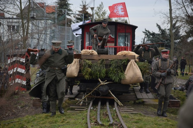 """Fotorelacja z rekonstrukcji historycznej """"Bój o banę"""" - park nad jeziorem Małym Żnińskim"""
