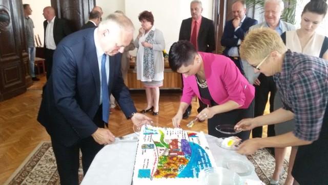 Z okazji zakończenia inwestycji burmistrz Józef Rubacha częstował gości tortem.