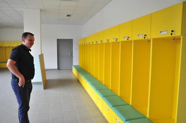 Prezes Spółki Akcyjnej Siarka Tarnobrzeg Dariusz Dziedzic przygląda się nowej szatni dla piłkarzy.