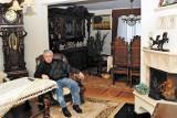 """Dom Leppera na sprzedaż od komornika. """"Rzeźbione meble i dużo drewna"""". Taki miał styl! Trwa licytacja mieszkania. Jak wygląda? Oto zdjęcia"""
