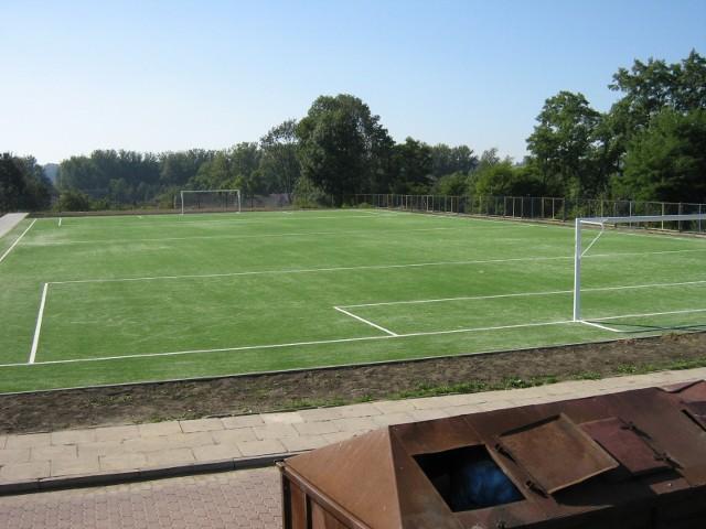 Nawierzchnia boiska w szkolnego w Koszycach ma zostać wymieniona