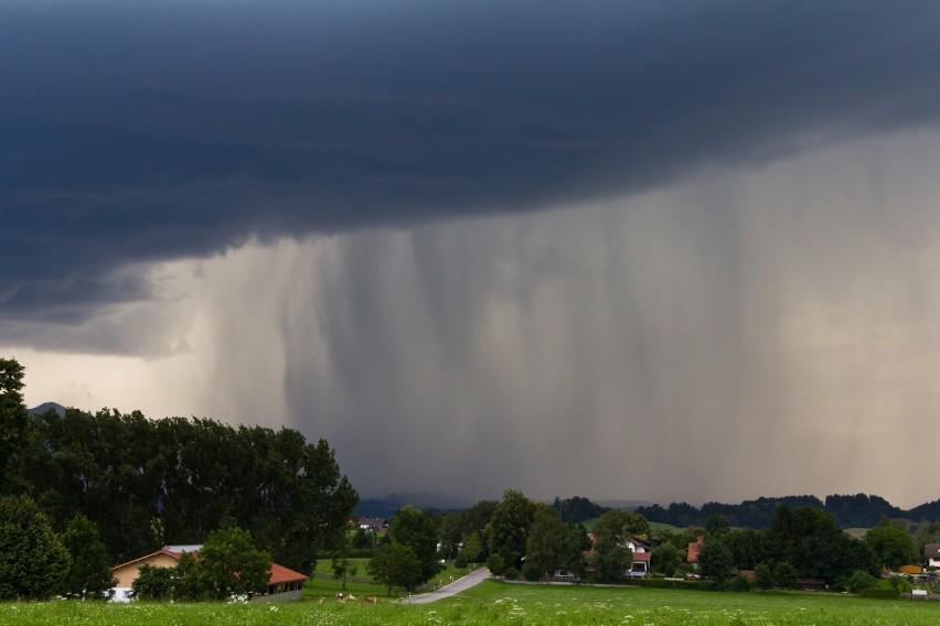 Burzom będą towarzyszyć obfite opady deszczu