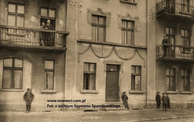 Toruń, 1929 rok. Parter i pierwsze piętro kamienicy przy ul. Wodnej 20. Jegomość na balkonie po lewej stronie to zapewne właściciel kamienicy, inżynier Jan Kołek - radny miejski, przewodniczący stowarzyszenia właścicieli nieruchomości i w ogóle postać bardzo liczące się w mieście.