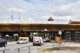 Budowa centrum przesiadkowego Opole Wschodnie. Konstrukcja przyszłego wiaduktu przerzucona przez Oleską, powstają perony dworca autobusowego
