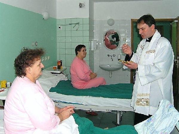 Księdza Marka Zielińskiego spotkaliśmy, gdy z  sakramentem odwiedzał chorych na oddziale  neurochirurgicznym. Po rozmowie z kapelanem  komunię św. przyjmą pacjentki: Anna Jefimska  (pierwsza z lewej) i Zofia Smagińska.