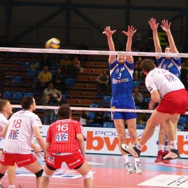 Wojciech Żaliński (w bloku z prawej) w meczu Jadaru Sport Radom przeciwko Asseco Resovii Rzeszów zdobył 22 punkty.