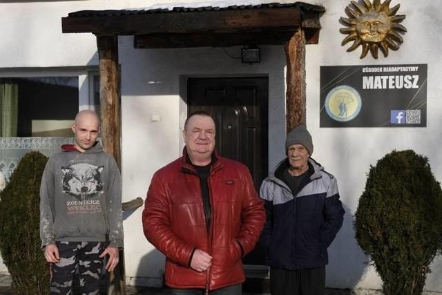 """Waldemar Dąbrowski i jego podopieczni przed ośrodkiem """"Mateusz"""" przy ul. Kościuszki"""