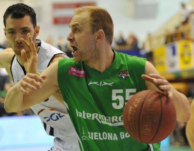 Łukasz Koszarek (z piłką) ze Stelmetu Zielona Góra w środę zapisał na swym koncie 12 punktów, 4 zbiórki, 6 asyst