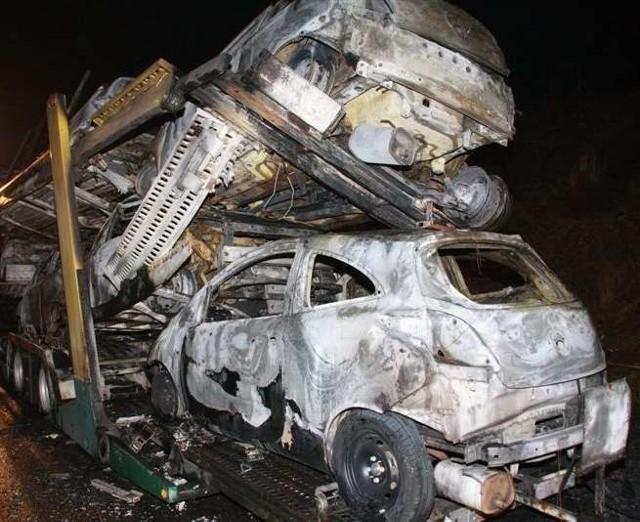 Na autostradzie A4 spalila sie lawet przewoząca auta. Doszczetnie splonelo 9 nowych fordów ka.