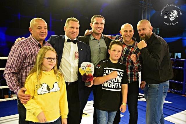 Tomasz Borowski (pierwszy z lewej) podczas jednej z gal bokserskich. Na zdjęciu z jej gośćmi oraz swymi dziećmi - Eleną i Bartkiem.