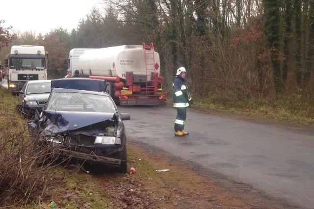 Opel został rozbity od strony pasażera. Obok kierowcy jechał 19-letni chłopak.