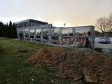 Skawina. Na cmentarzu komunalnym budowane jest drugie kolumbarium. Nowa ściana na urny powstanie latem