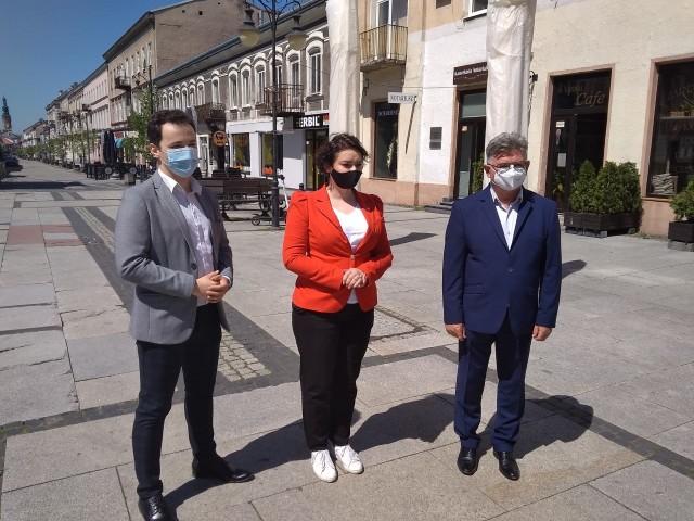 O Krajowym Planie Odbudowy w Radomiu mówili (od prawej) Waldemar Kaczmarski z radomskiego SLD, posłanka Lewicy Anna Maria Żukowska i Patryk Fajdek z Wiosny.