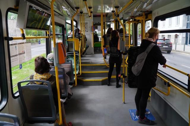 Większość poznaniaków kojarzy, że darmowe przejazdy MPK przysługują osobom starszym i małym dzieciom, ale grup osób, które mogą jeździć tramwajami i autobusami bez biletów jest znacznie więcej. Sprawdź, kto może za darmo jeździć MPK Poznań i w jakich sytuacjach ----->