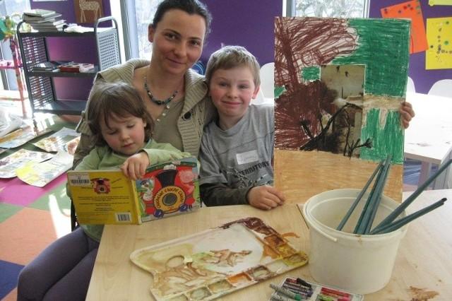 Pani Aleksandra z dziećmi - Ulą i Ignacym - bawili się dziś sztuką i językiem w MBP.