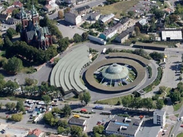 Hala targowa miałaby powstać na północnej stronie działki i przylegać do budynku dworca.