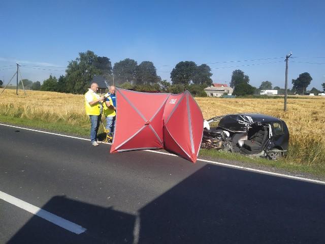 W wyniku zderzenia pojazdów 49-letni kierowca volkswagena poniósł śmierć na miejscu.