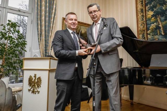 Leszek Gołąbiecki (z lewej), prezes Unibep SA, odbiera Mercuriusa z rąk Wiesława Tarki, ambasadora RP w Sztokholmie