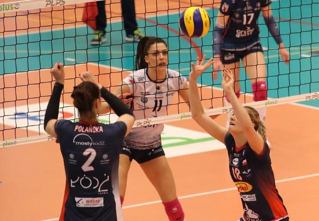 Fragment piątkowego meczu Pavla Vincourova wystawia Gabrieli Polańskiej. Obserwuje Stefana Veljković