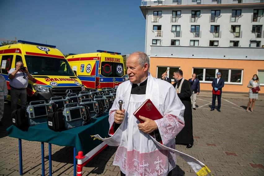 WSPR w Białymstoku ma cztery nowe ambulanse. Specjalnie wyposażone i poświęcone.