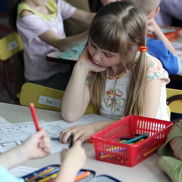 Z badań Akademii Świętokrzyskiej w Kielcach wynika, że sześciolatki są na tyle rozwinięte intelektualnie, że mogłyby rok wcześniej rozpocząć naukę w szkole.