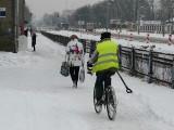 Pabianice. Piesi zimą nie mają lekko. Śnieg na chodnikach, zasypane pasy ZDJĘCIA