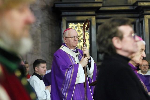 Abp Stanisław Budzik, metropolita lubelski. Urodził się dnia 25 kwietnia 1952 roku w Łękawicy koło Tarnowa. W dniu 26 września 2011 r. został mianowany przez papieża Benedykta XVI arcybiskupem metropolitą lubelskim. Objęcie kanoniczne archidiecezji oraz uroczysty ingres do archikatedry lubelskiej miały miejsce 22 października 2011 r.