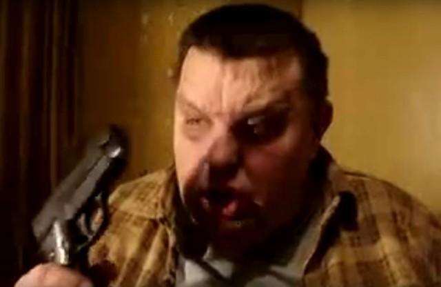 Krzysztof Kononowicz z bronią w ręku grozi prześladowcom YouTube
