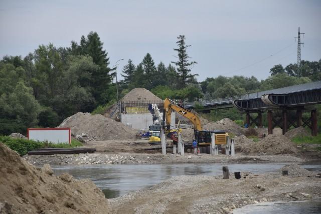W ostatnich dniach nastąpił przestój w pracach, co spowodowane było podniesieniem poziomu Dunajca. Obecnie prace odbywają się już bez przeszkód. Starosta tarnowski przekonuje, że nie ma na tę chwilę zagrożenia opóźnienia inwestycji