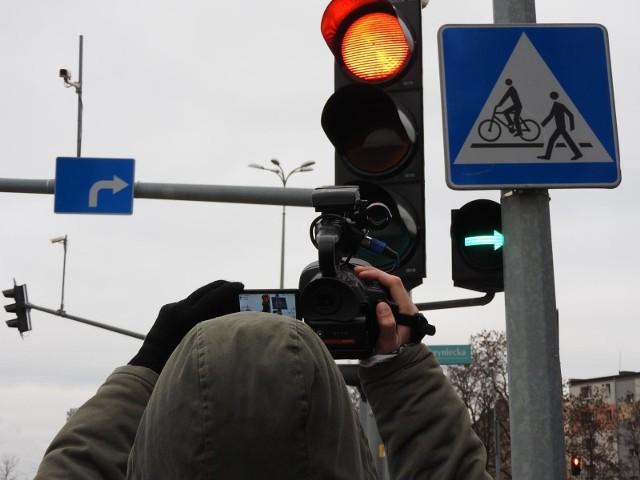 Według Rowerowego Białegostoku powinno być tak jak przed wprowadzeniem obecnie działającego systemu sterowanie ruchem, czyli że kierowca i jadący równolegle rowerzysta mają w tym samym momencie zielone.