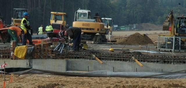 W rejonie największych robót przy budowie S3 zaangażowanych jest 100 ludzi i 40 jednostek sprzętu (fot. Paweł Kozłowski)