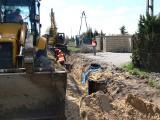 Trwa budowa kanalizacji na ulicy Polnej w Sandomierzu. Do sieci podpiętych zostanie ponad 40 budynków [ZDJĘCIA]