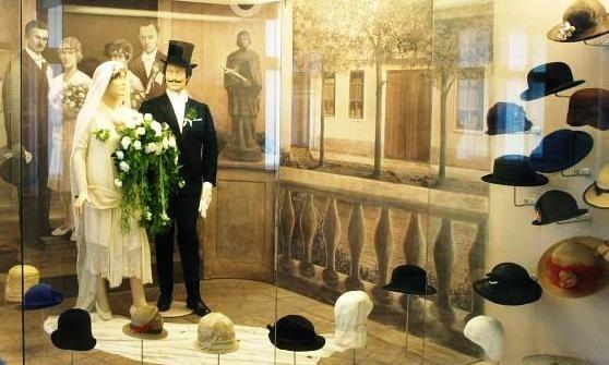 Na wystawie w Muzeum Ziemi Lubuskiej wśród ok. 100 eksponatów zobaczymy dekoracyjne kapelusze damskie, szykowne męskie cylindry i meloniki, wojskowe czapki i hełmy czy ludowe nakrycia głowy - ze zbiorów Muzeum Ziemi Novojiczynskiej w Nowym Jiczynie