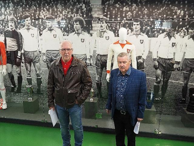Andrzej Grębosz i Wiesław Wraga stanęli na tle zdjęcia swoich kolegów z drużyny Wielkiego Widzewa. To byli niezapomniani piłkarze, którzy dostarczali wielu wzruszeń i emocji